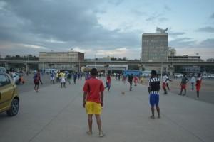 広場でサッカーをする人々
