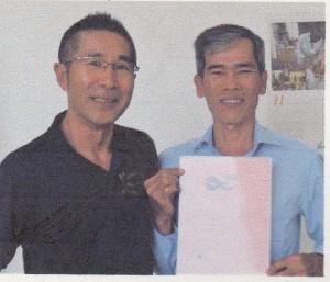 土谷さん(左)と、国際審判員資格認定書を手にするスルン・レンさん(右)