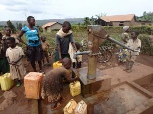 井戸で水汲みをする子どもたち
