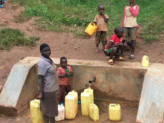 ジェリカンで水を汲む村人たち