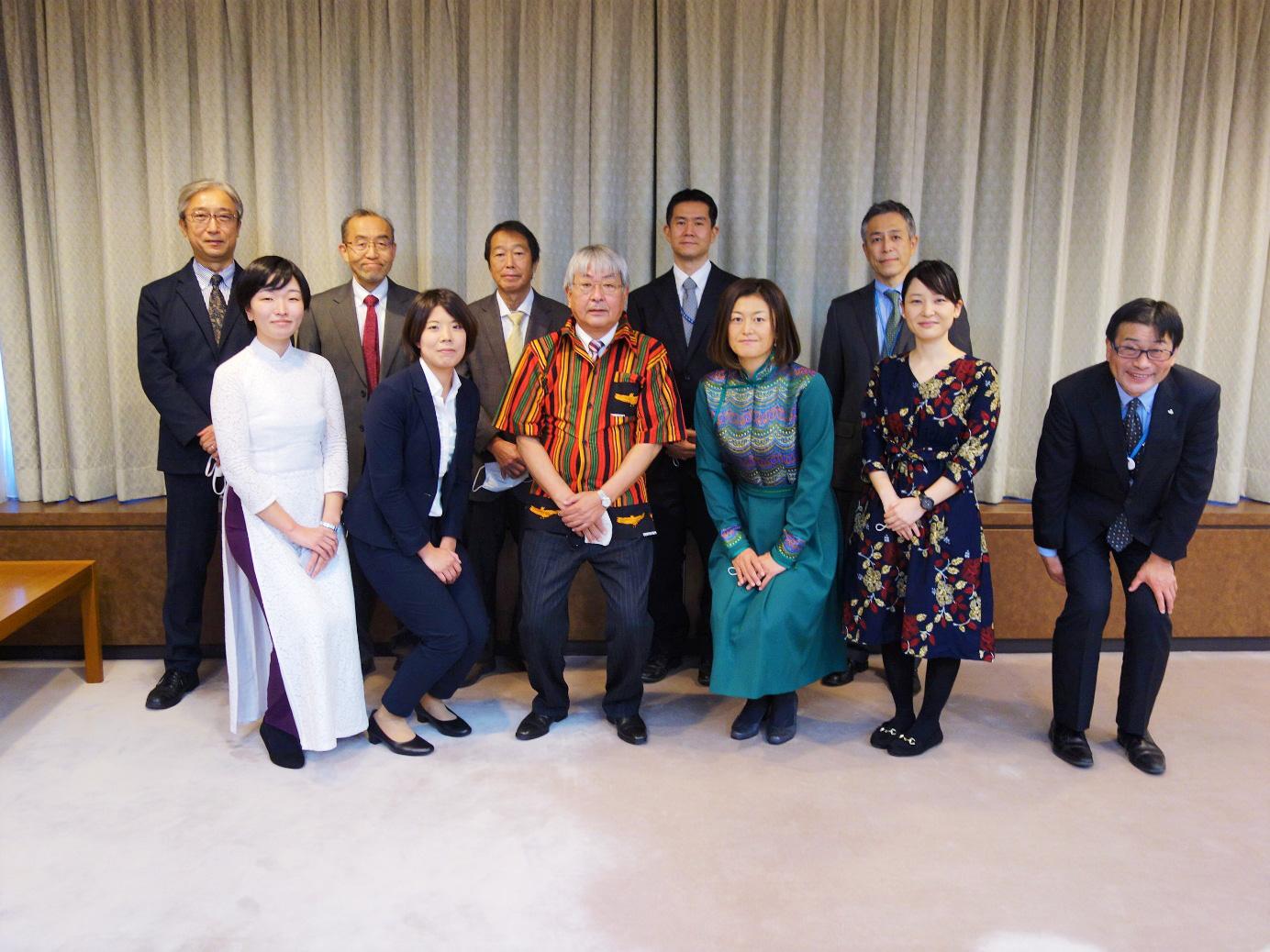 宮城県庁4F 庁議室 前列左5名は帰国隊員 前列右端千葉隆政経済商工観光部長